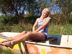 Horny Solo Teen Starts Diloding Herself In The Great Outdoors
